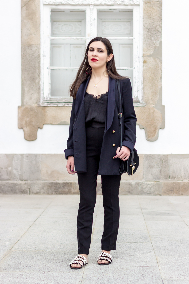 Le Fashionaire How to style pearls and look effortless chic oversized black gold buttons zara blazer black zara trousers black white pearls flip flops zara sandals lace black stradivarius top 0360 EN 805x1208