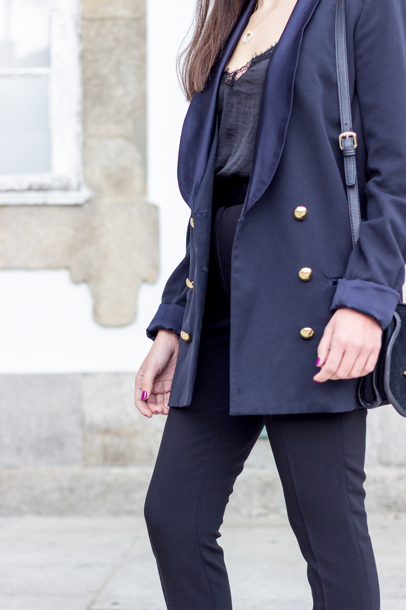 Le Fashionaire How to style pearls and look effortless chic oversized black gold buttons zara blazer black zara trousers lace black stradivarius top 0330 EN 805x1208