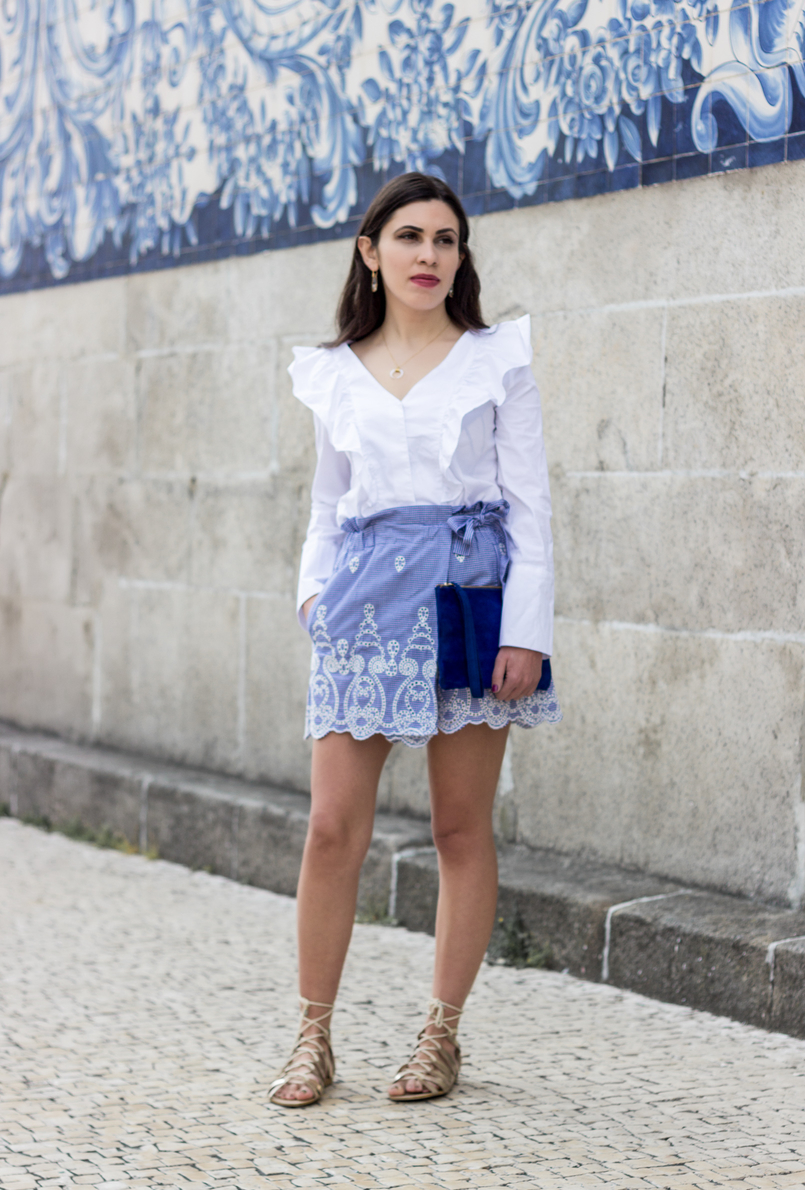 Le Fashionaire Those who inspire us without knowing it skorts vichy gingham zara blue white ruffles shirt white mango leather majorelle blue sfera clutch crystal nude camel swarovski earrings 0515 EN 805x1190