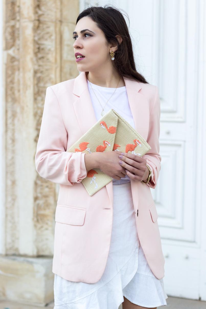 Le Fashionaire A clutch com flamingos tee branca zara blazer rosa bebe largo hm clutch palha flamingos rosa mango colar prata dourado madreperola cinco brincos perola branca dourado 2085 PT 805x1208