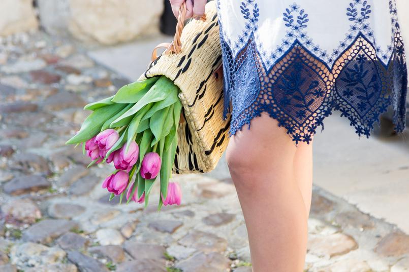 Le Fashionaire Como é que nos tornámos tão interesseiros? vestido azul branco rendas bordado azul escuro branco shein mala cesta preto verga toino abel fivela pele castanha tulipas rosa 8831 PT 805x537