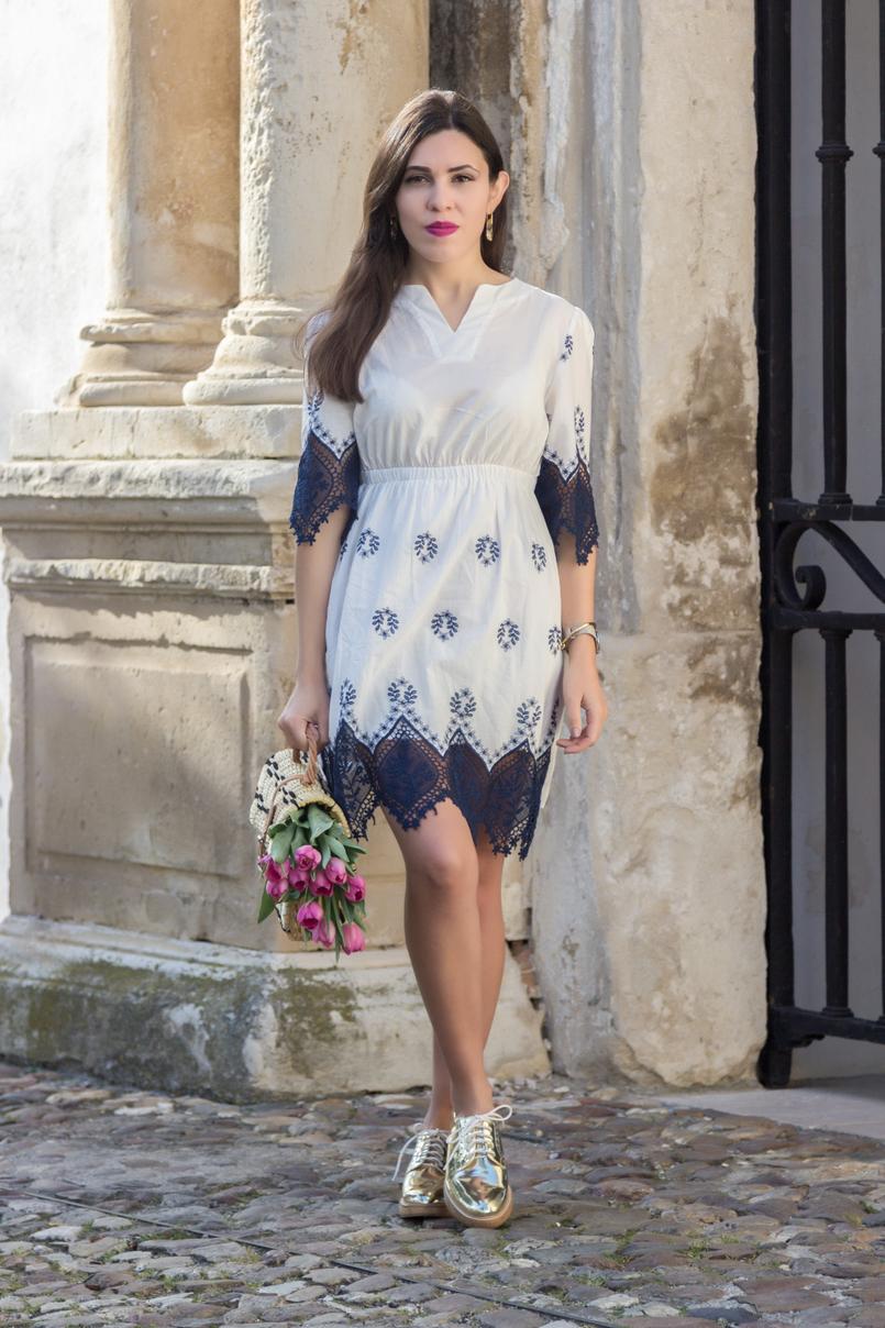 Le Fashionaire Como é que nos tornámos tão interesseiros? vestido azul branco rendas bordado azul escuro branco shein sapatos dourados oxford mango 8813 PT 805x1208