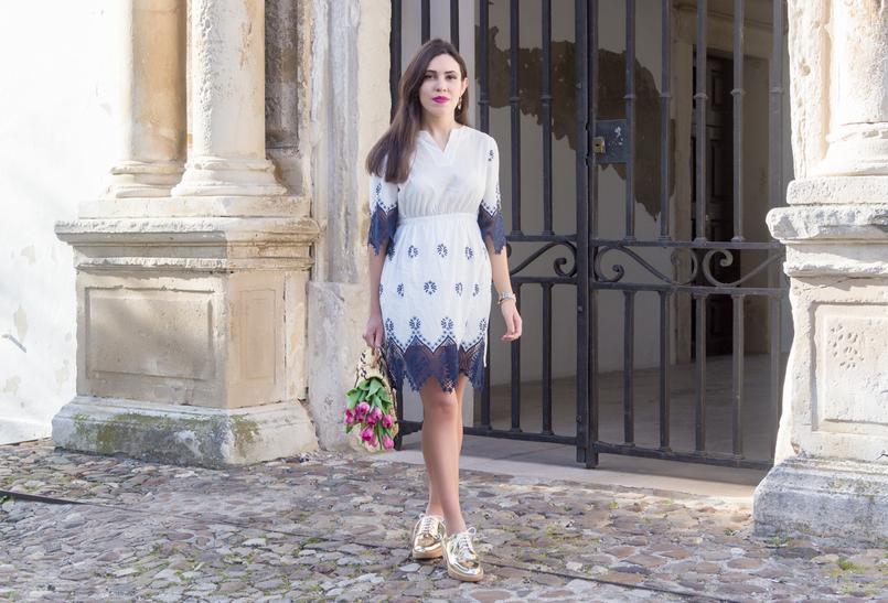 Le Fashionaire Como é que nos tornámos tão interesseiros? vestido azul branco rendas bordado azul escuro branco shein sapatos dourados oxford mango 8839 PT 805x547