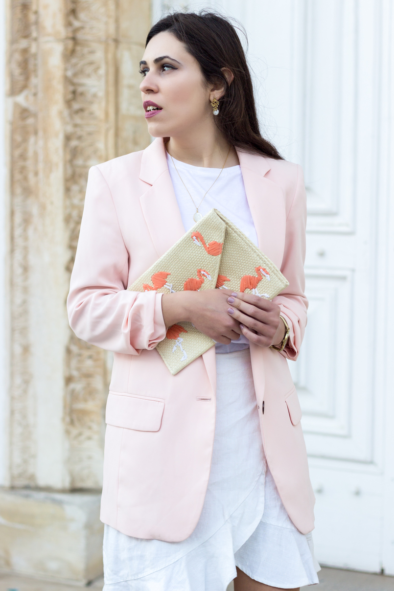 Le Fashionaire The flamingo's clutch white zara tee pale pink oversized hm blazer straw flamingos pink mango clutch silver gold cinco mother pearl necklace white gold pearl earrings 2085 EN 805x1208