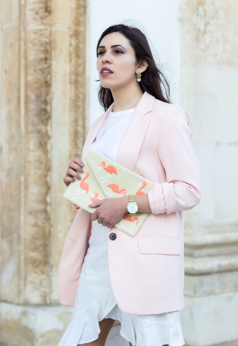 Le Fashionaire The flamingo's clutch white zara tee pale pink oversized hm blazer straw flamingos pink mango clutch silver gold cinco mother pearl necklace white gold pearl earrings 2088 EN 805x1171