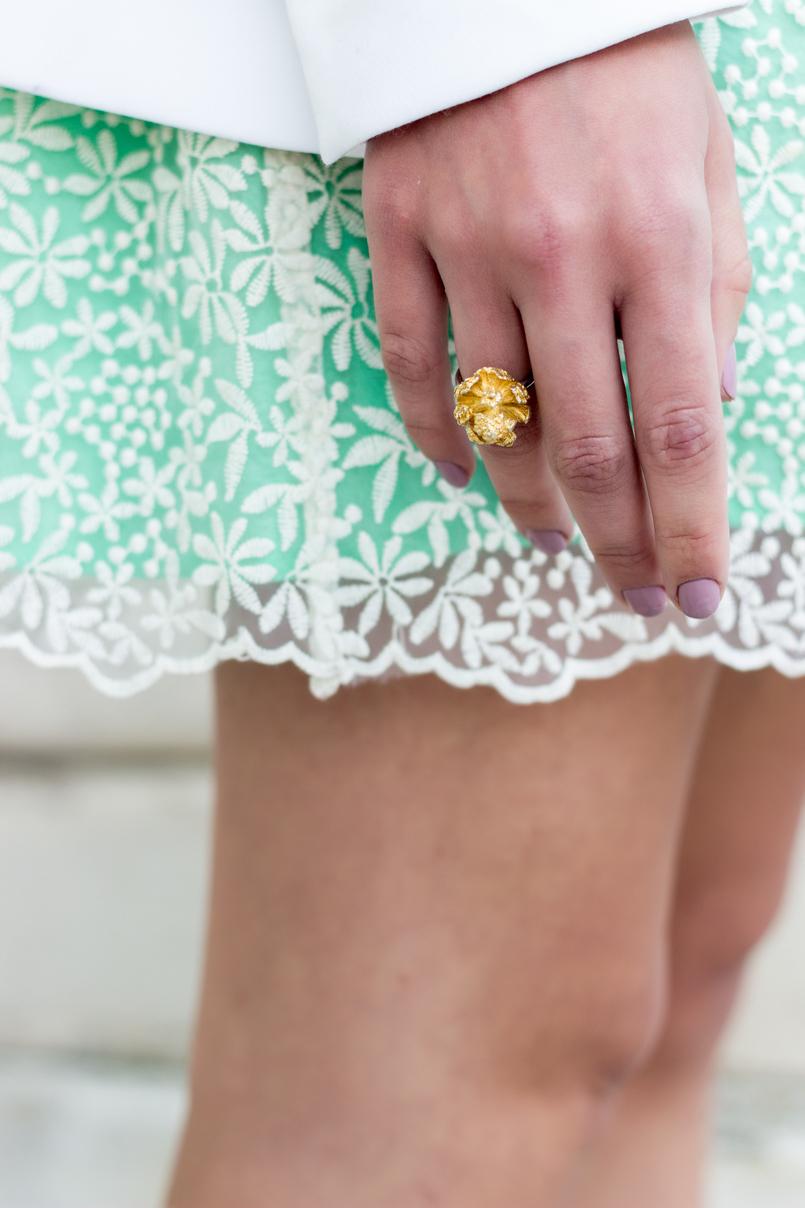 Le Fashionaire Quem passa na nossa vida ensina nos sempre alguma coisa! anel dourado joana ribeiro saia verde bordada rodada zara casaco blazer comprido branco zara 9468 PT 805x1208
