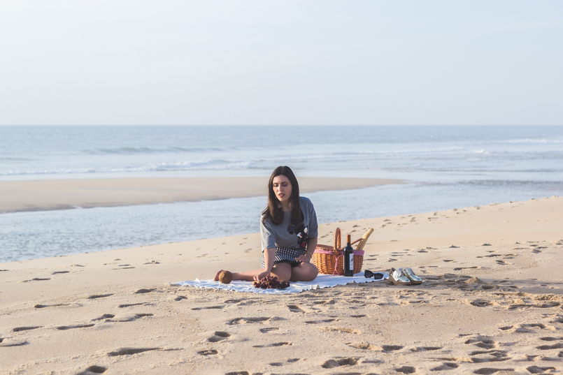 Le Fashionaire Romantic Programme: How to make a beach picnic beach sea grey mickey black sequins bershka tee gingham dark blue white zara skirt picnic straw basket tiger wine 2840 EN 805x537