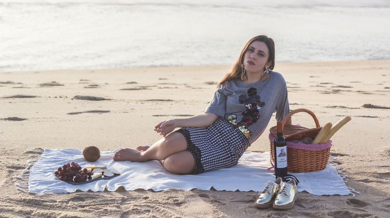 Le Fashionaire Romantic Programme: How to make a beach picnic beach sea grey mickey black sequins bershka tee gingham dark blue white zara skirt white tassels bold brown mango earrings 2885F EN 805x450