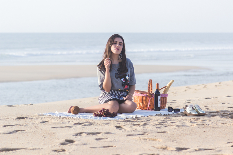 Le Fashionaire Romantic Programme: How to make a beach picnic beach sea grey mickey black sequins bershka tee oxford gold mango shoes picnic straw basket tiger 2836 EN 805x537