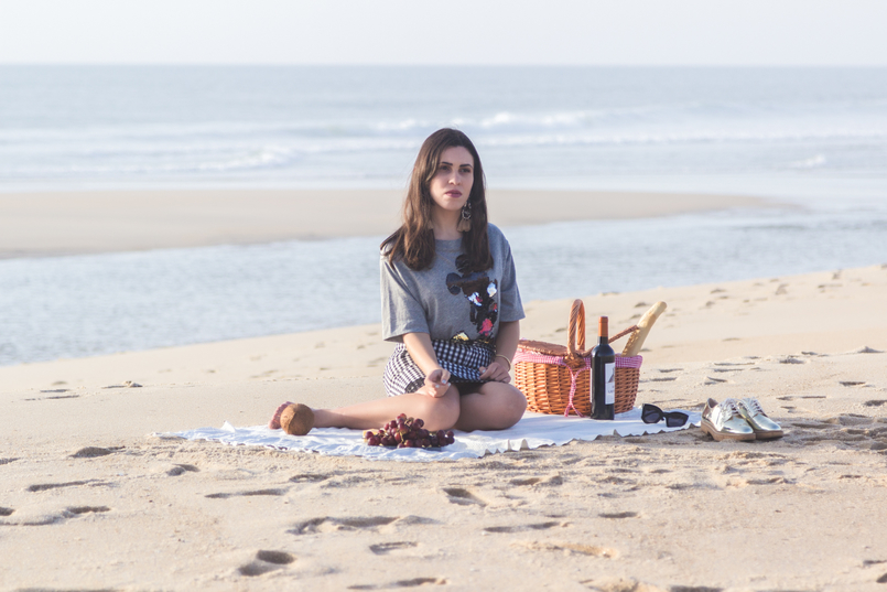 Le Fashionaire Romantic Programme: How to make a beach picnic beach sea grey mickey black sequins bershka tee oxford gold mango shoes picnic straw basket tiger wine 2837 EN 805x537