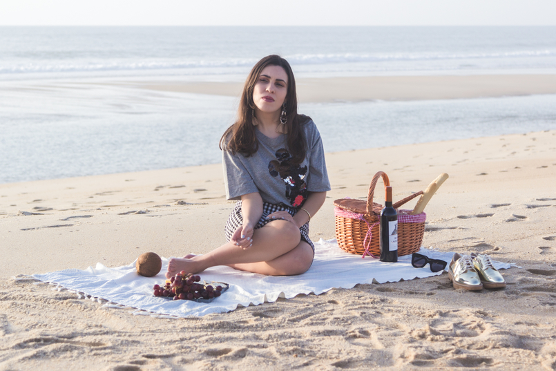 Le Fashionaire Romantic Programme: How to make a beach picnic beach sea grey mickey black sequins bershka tee white tassels bold brown mango earrings picnic straw basket tiger 2863 EN 805x537