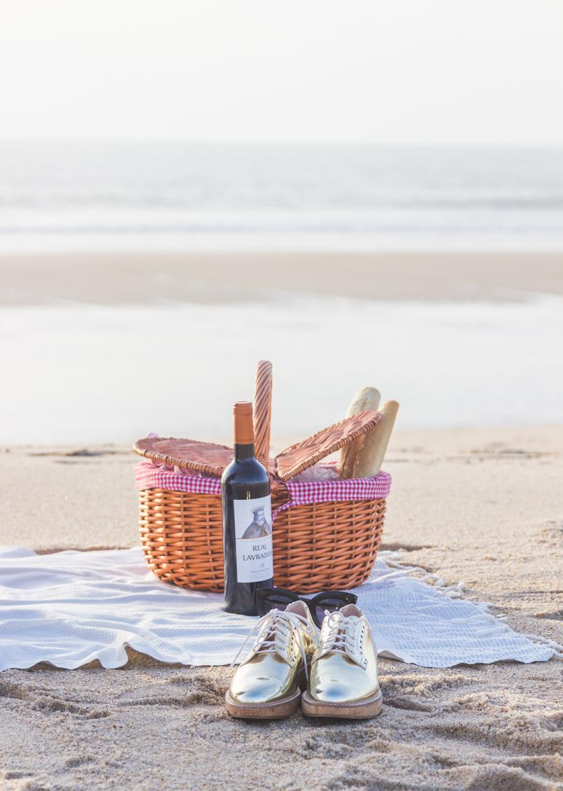 Le Fashionaire Romantic Programme: How to make a beach picnic beach sea oxford gold mango shoes picnic straw basket tiger wine futah white silver stripes beach towel 2918 EN 805x1130