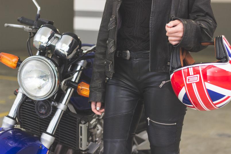 Le Fashionaire Life is an adventure black leather military jacket silver buckle black stradivarius belt black leather zipper skinny zara trousers red blue england flag helmet 8136 EN 805x537