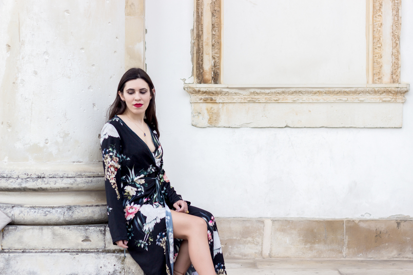 Le Fashionaire Do dreams really come true? blogger catarine martins fashion inspiration long wrap dress kimono birds flowers green black stradivarius grey stone gold lefties necklace 9329 EN 805x537