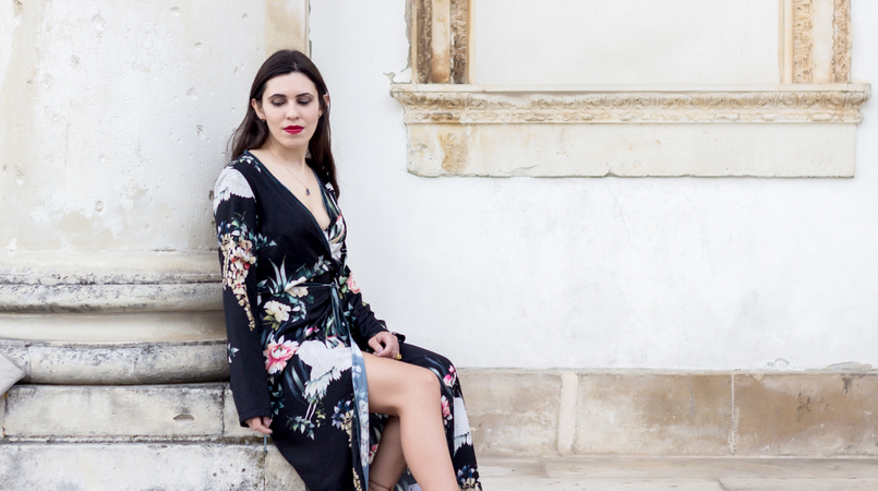 Le Fashionaire Do dreams really come true? blogger catarine martins fashion inspiration long wrap dress kimono birds flowers green black stradivarius grey stone gold lefties necklace 9329F EN 805x450
