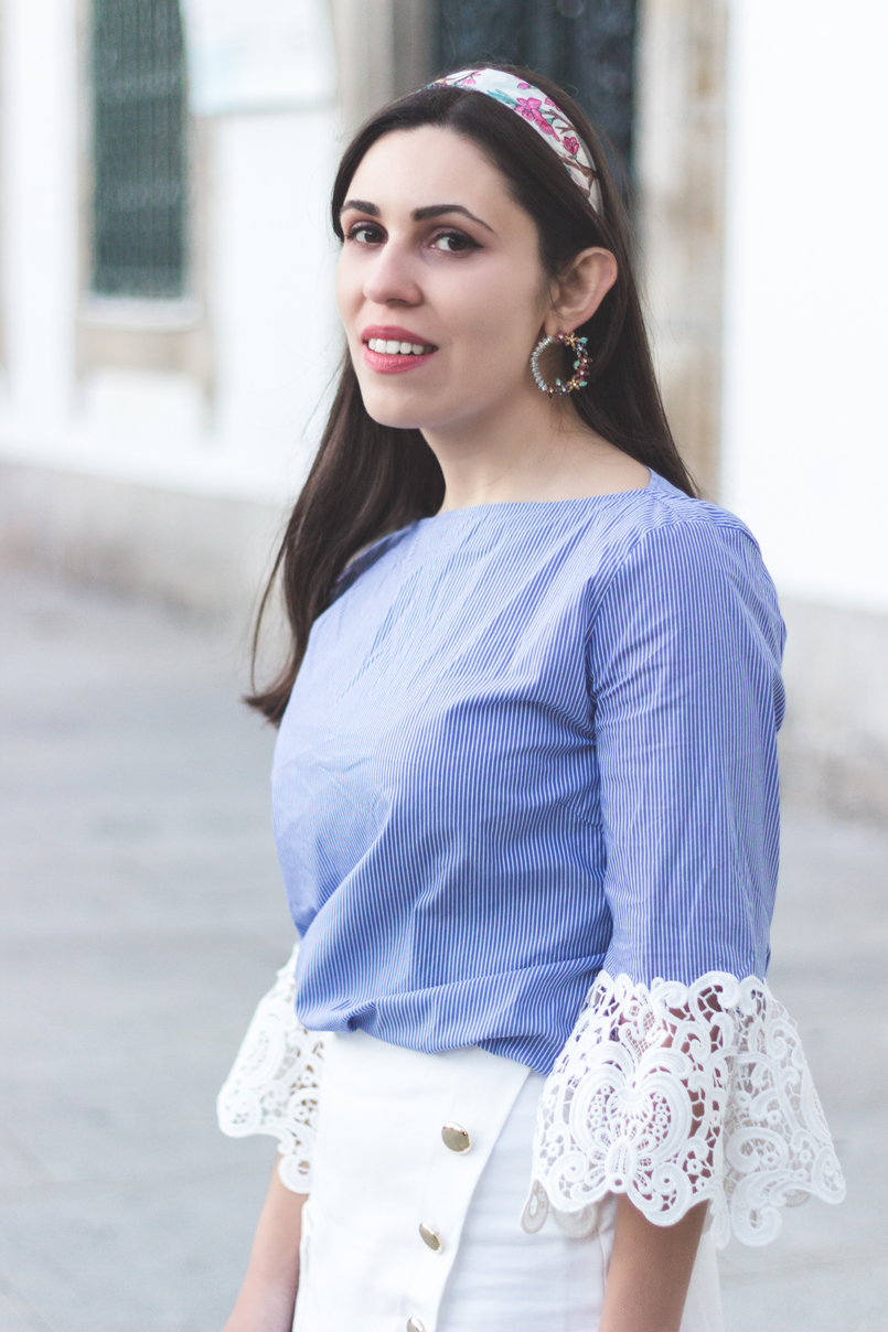 Le Fashionaire We are the others! blogger catarine martins light blue stripes embroidered sleeves zara blouse zara white gold buttons skirt flowers bold round earrings mango 8796 EN 805x1208