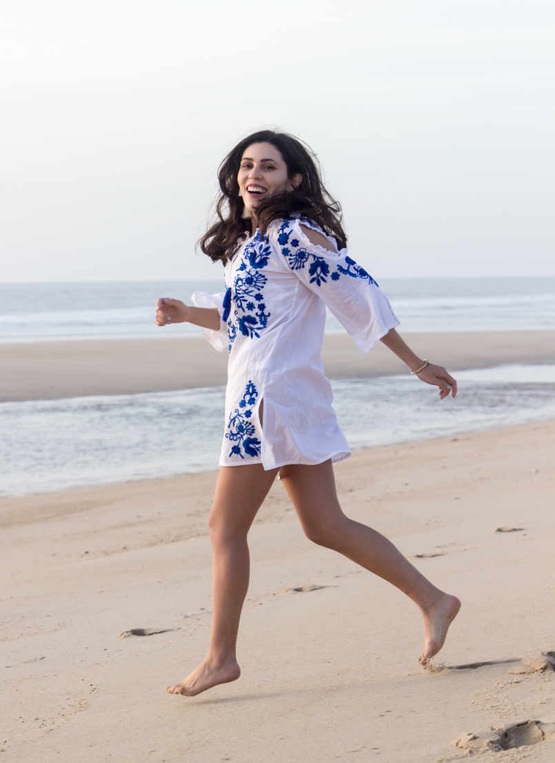 Le Fashionaire Buying clothes at Primark: yay or nay? blogger catarine martins white embroidered blue cotton primark dress beach sand sea 3040 EN 805x1107