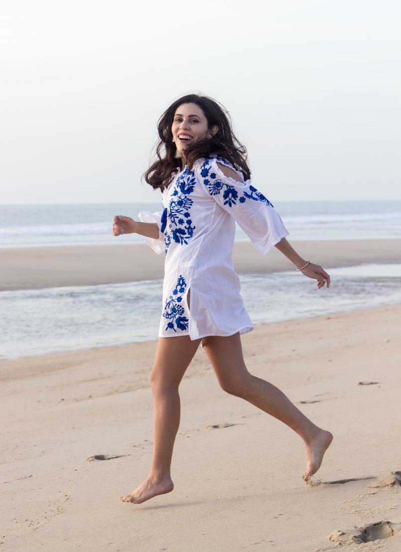 Le Fashionaire Comprar roupa na Primark: sim ou não? blogueira catarine martins vestido branco algodao bordados azul majorelle primark praia areia mar 3040 PT 805x1107