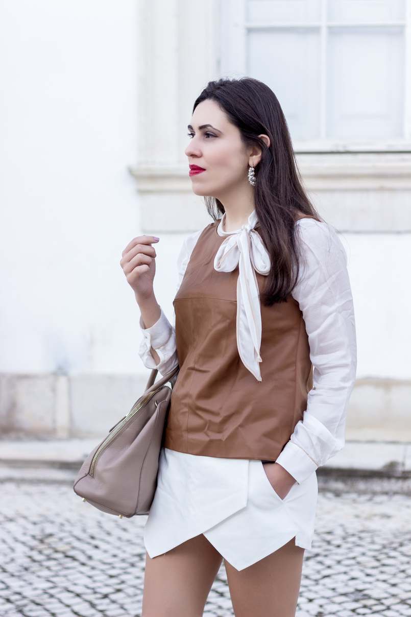 Le Fashionaire O amor é o meu lugar preferido camisa branca detalhes castanhos colete castanho pele stradivarius saia trapezio branca zara brincos argolas perolas 9196 PT 805x1208