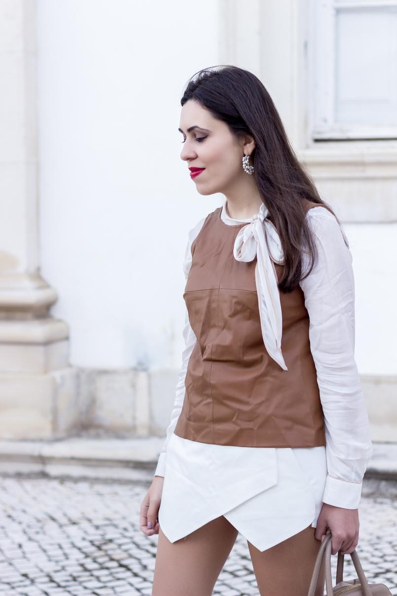 Le Fashionaire O amor é o meu lugar preferido camisa branca detalhes castanhos colete castanho pele stradivarius saia trapezio branca zara brincos argolas perolas 9221 PT 805x1208