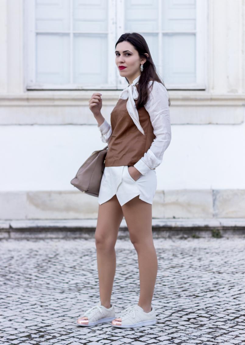 Le Fashionaire O amor é o meu lugar preferido camisa branca detalhes castanhos colete castanho pele stradivarius saia trapezio branca zara sapatilhas adidas brancas camurca ponta metal dourado 9186 PT 805x1133
