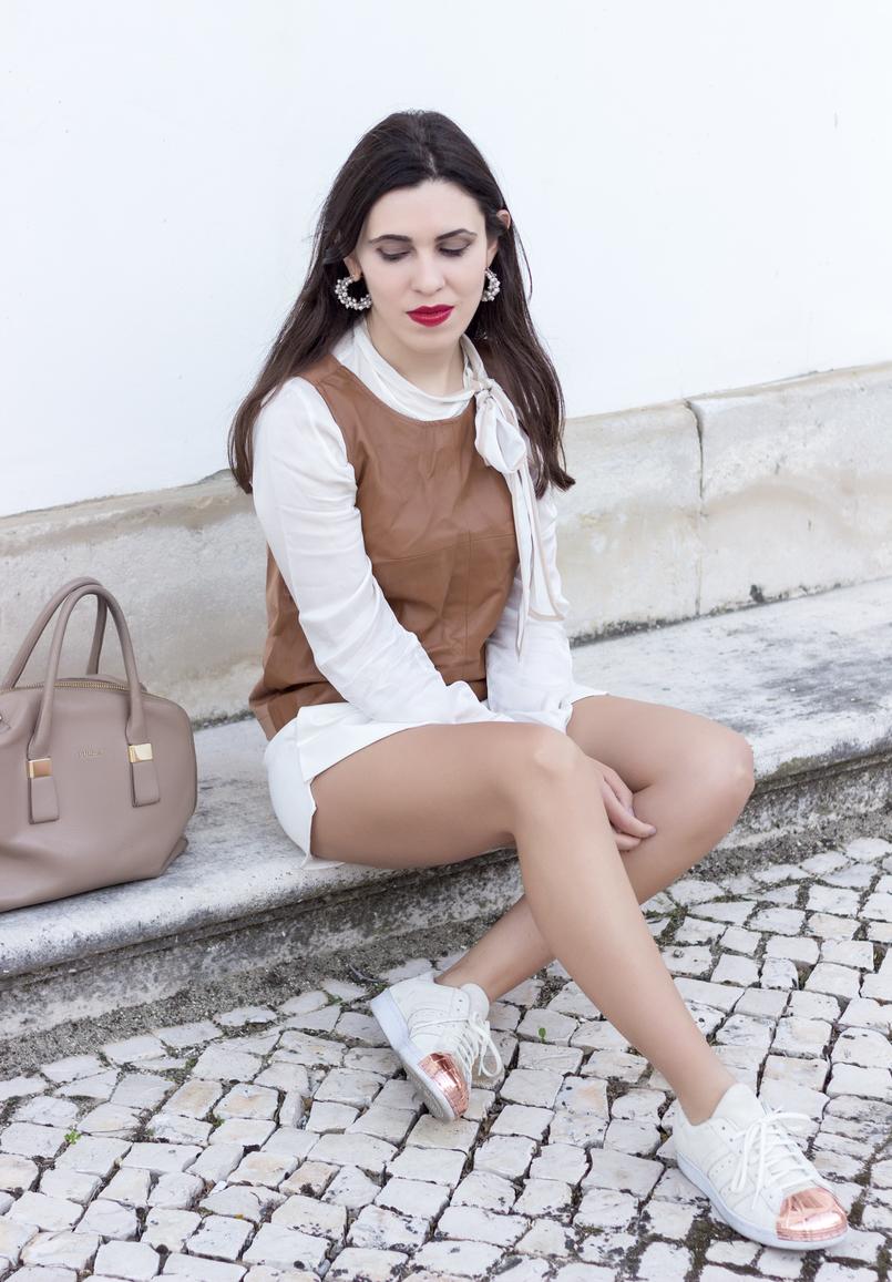 Le Fashionaire O amor é o meu lugar preferido camisa branca detalhes castanhos colete castanho pele stradivarius saia trapezio branca zara sapatilhas adidas brancas camurca ponta metal dourado 9227 PT 805x1157