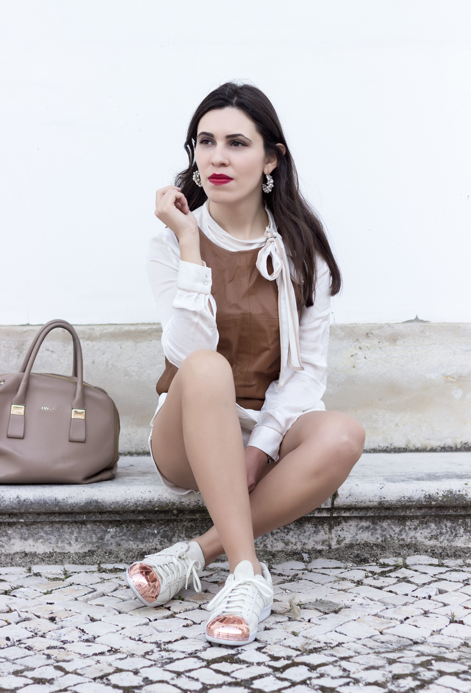 Le Fashionaire O amor é o meu lugar preferido camisa branca detalhes castanhos colete castanho pele stradivarius sapatilhas adidas brancas camurca ponta metal dourado brincos argolas perolas 9234 PT 805x1186