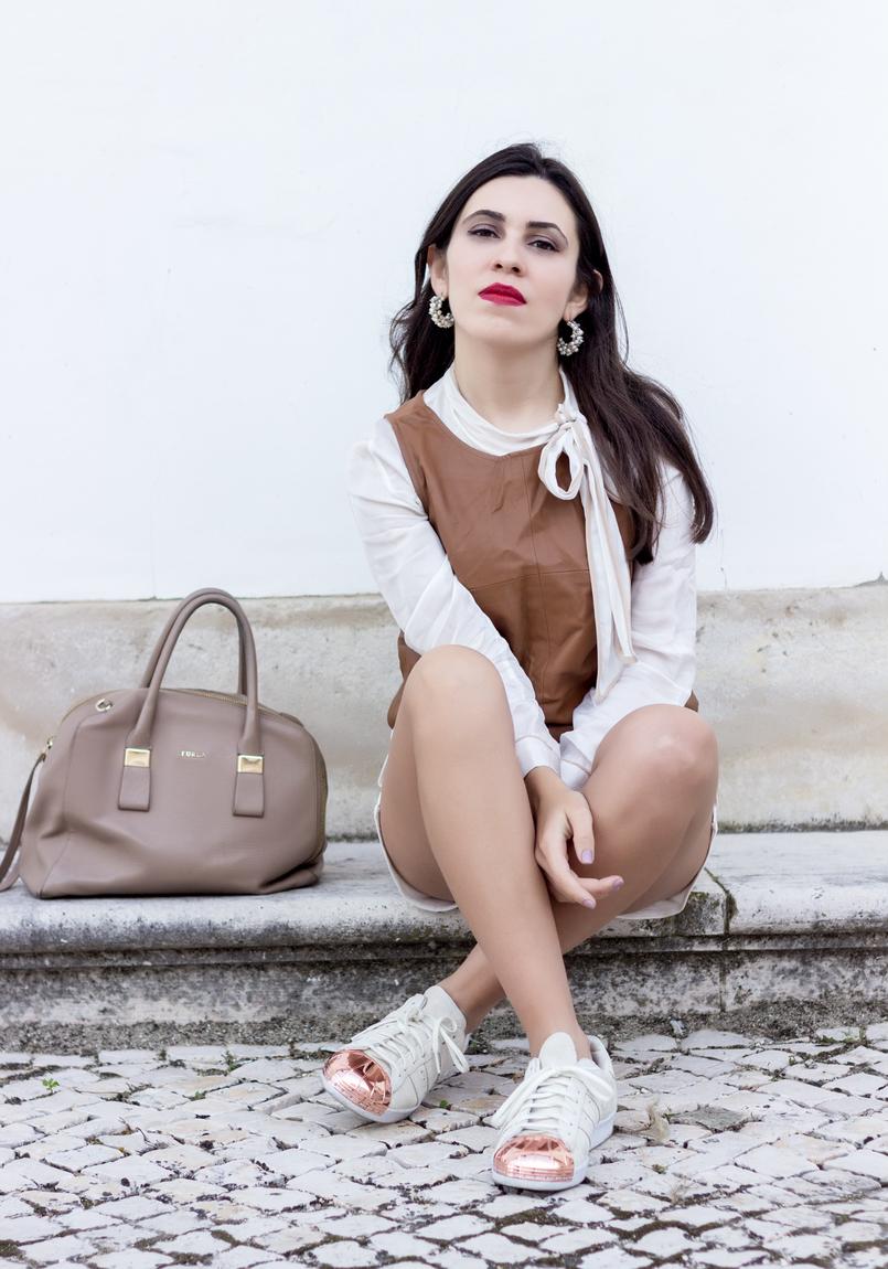 Le Fashionaire O amor é o meu lugar preferido camisa branca detalhes castanhos colete castanho pele stradivarius sapatilhas adidas brancas camurca ponta metal dourado brincos argolas perolas 9235 PT 805x1150
