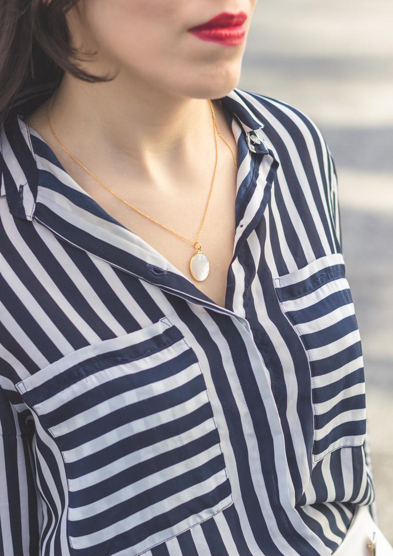 Le Fashionaire 5 regras de ouro para fazer boas compras nos saldos camisa riscas azul escuro branco blanco colar madreperola dourado cinco prata batom vermelho 9179 PT 805x1139