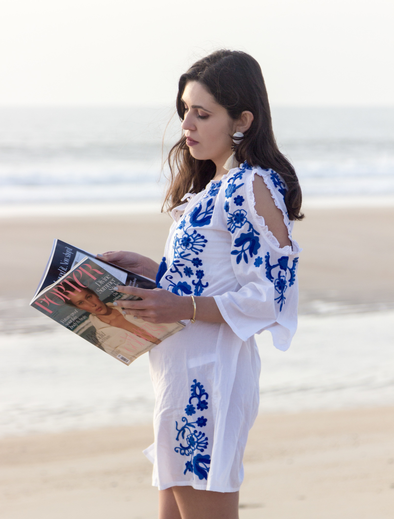 Le Fashionaire Buying clothes at Primark: yay or nay? fashion inspiration white embroidered blue cotton primark dress white bold tassels brown earrings porter pink summer edition magazine beach sand sea 3016 EN 805x1062