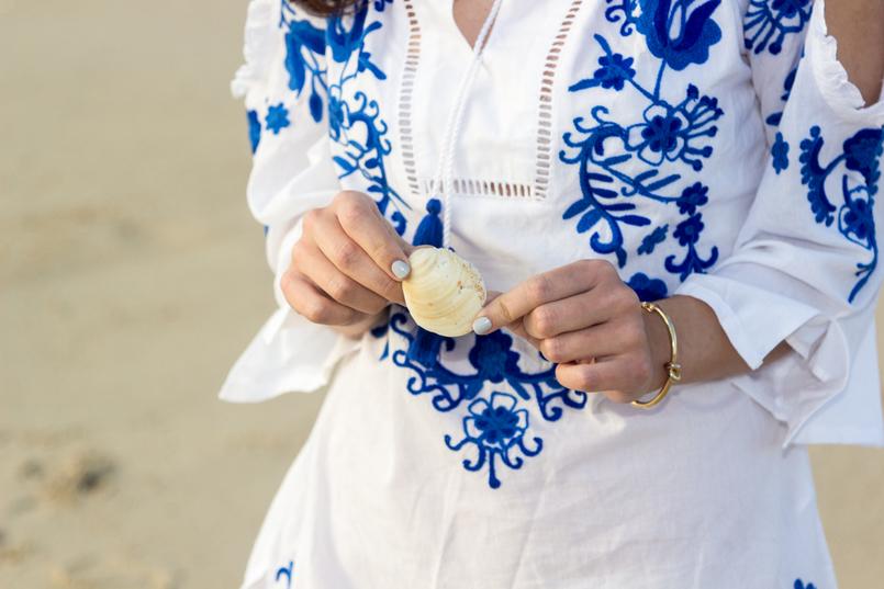 Le Fashionaire Comprar roupa na Primark: sim ou não? mao concha vestido branco algodao bordados azul majorelle primark praia areia mar 3051 PT 805x537
