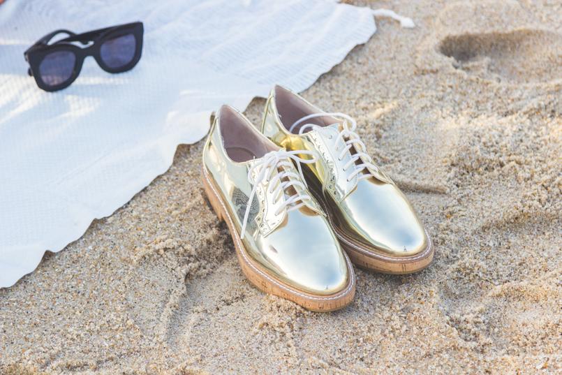 Le Fashionaire Programa romântico: Como fazer um piquenique na praia praia mar sapatos oxford dourados mango toalha praia branca riscas prateadas futah 2905 PT 805x537