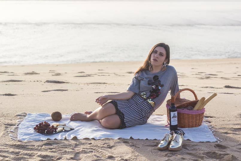 Le Fashionaire Programa romântico: Como fazer um piquenique na praia praia mar tee cinzenta mickey lantejoulas pretas bershka saia padrao vichy quadrados azul branco gingham zara brincos brancos grandes franjas mango 2885 PT 805x537