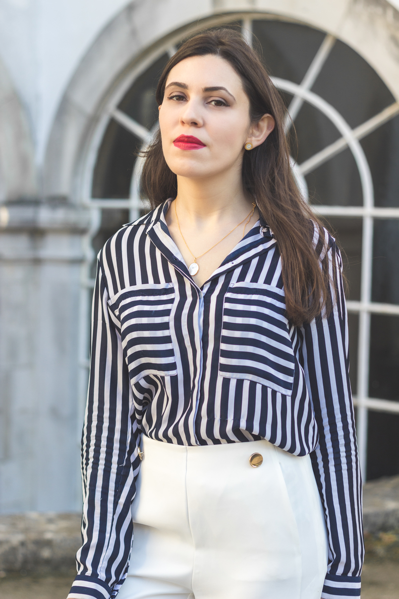 Le Fashionaire My 5 golden rules for buying on sales stripes white dark blue blanco shirt white oversized flares splits trousers gold buttons zara mother pearl gold necklace cinco red lipstick 9147 EN 805x1208