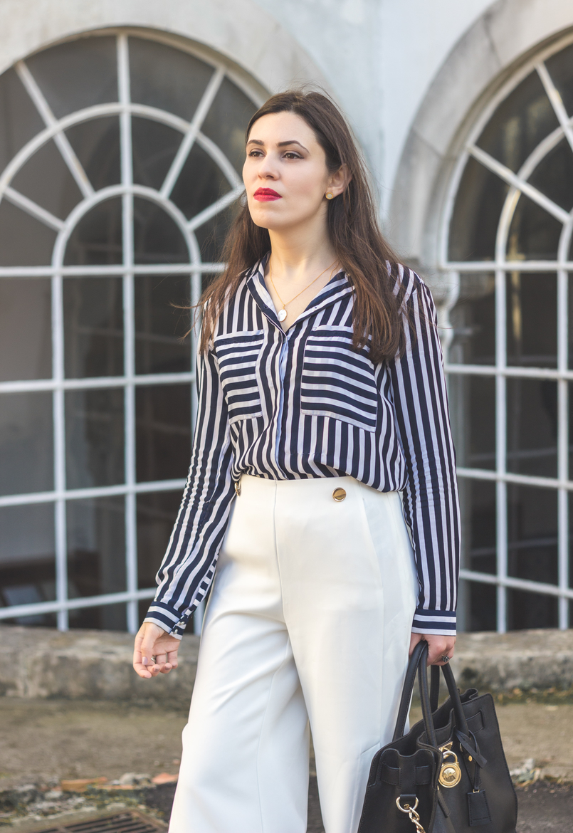 Le Fashionaire My 5 golden rules for buying on sales stripes white dark blue blanco shirt white oversized flares splits trousers gold buttons zara mother pearl gold necklace cinco red lipstick 9155 EN 805x1170