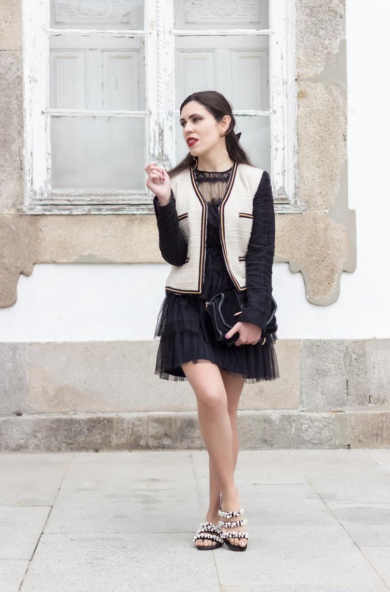 Le Fashionaire Como defines o teu estilo? vestido preto organza folhos renda preto zara sandalias perolas preto branco zara casaco tweed branco preto corrente mango 0226 PT 805x1221