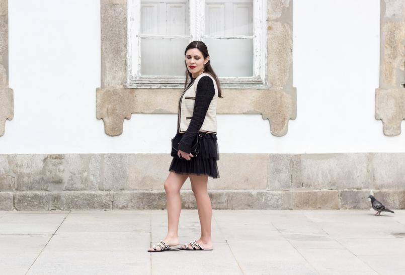 Le Fashionaire Como defines o teu estilo? vestido preto organza folhos renda preto zara sandalias perolas preto branco zara casaco tweed branco preto corrente mango 0234 PT 805x547