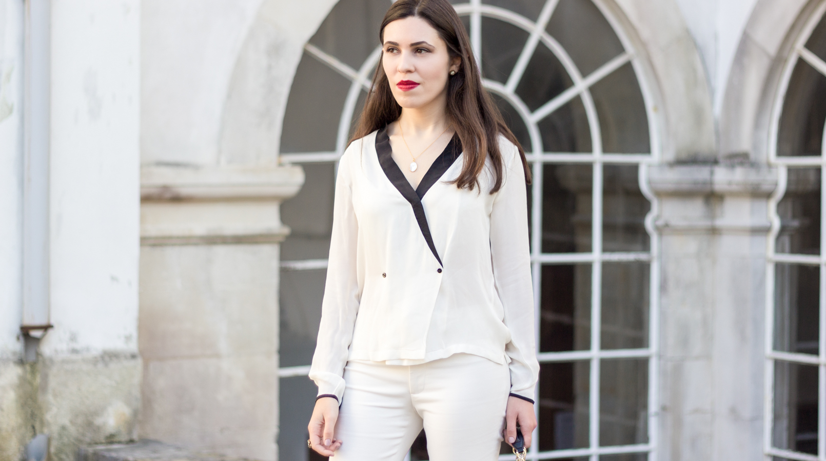 Le Fashionaire How to wear total white white black details buttons zara shirt white zara trousers cinco silver gold necklace mother pearl 9043F EN