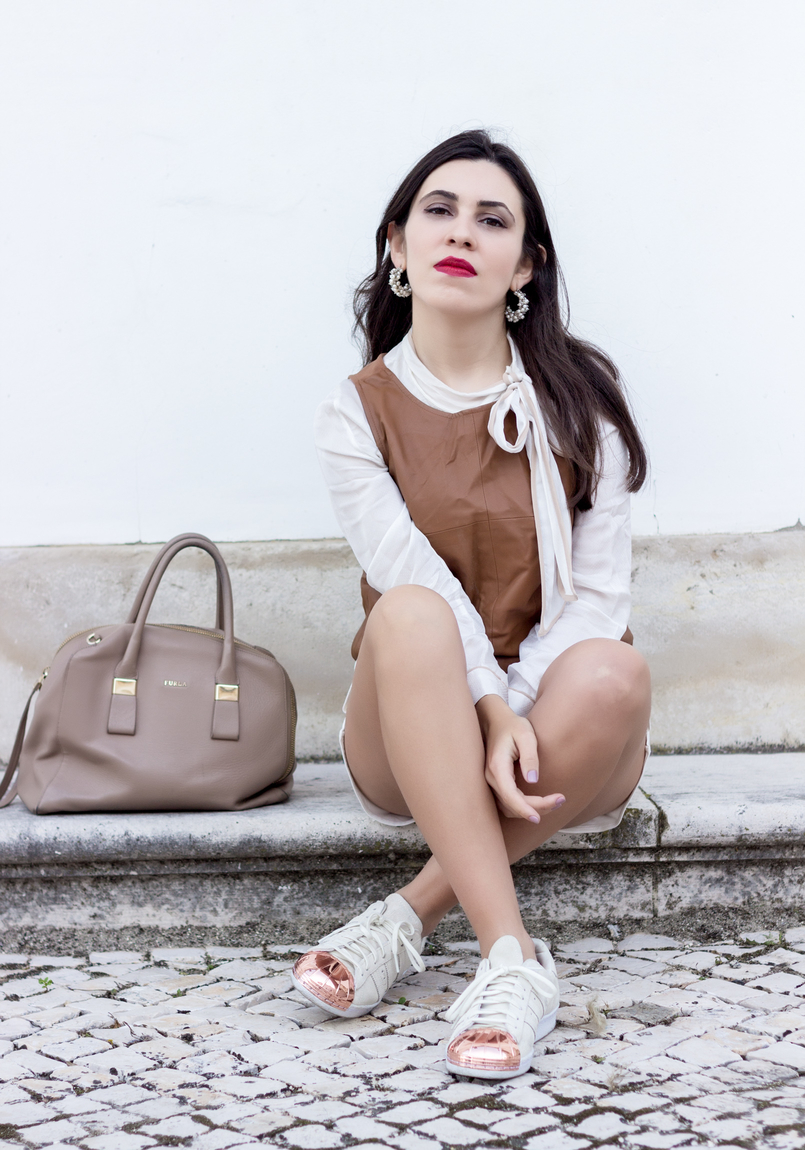 Le Fashionaire Love is my favourite place white brown details shirt leather brown stradivarius top white adidas gold pointed metal sneakers white pearl hoops 9235 EN 805x1150