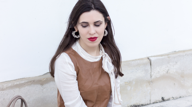 Le Fashionaire Love is my favourite place white brown details shirt leather brown stradivarius top white zara skort white pearl hoops 9227F EN 805x450