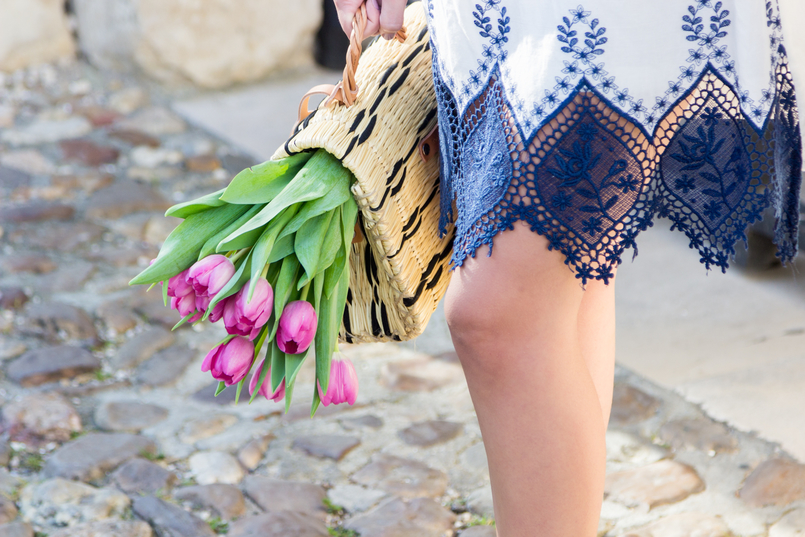 Le Fashionaire How did we get so selfish? white dark blue cotton lace embroidered shein dress straw basket bag black details brown blucke toino abel leather pink tulips 8831 EN 805x537