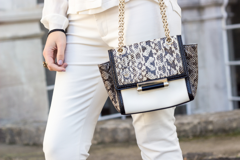 Le Fashionaire How to wear total white white zara trousers diane von furstenberg white leather bag snake print grey black 9062 EN 805x537