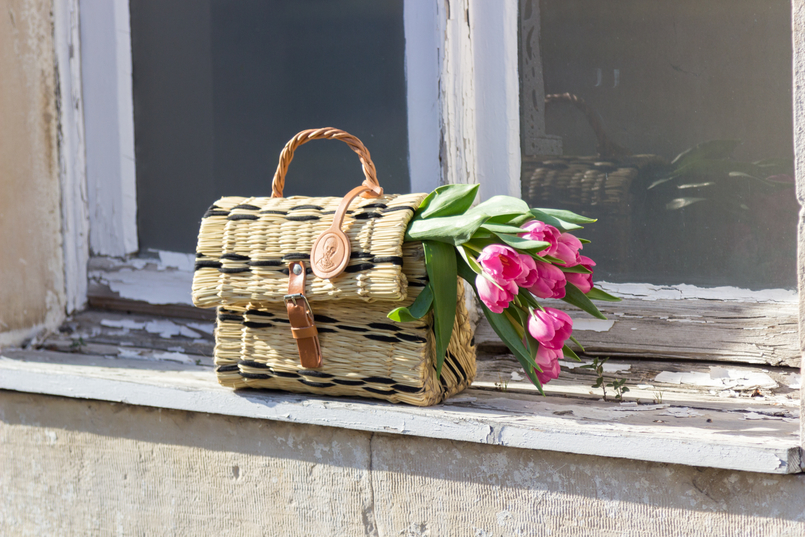 Le Fashionaire How did we get so selfish? window straw basket bag black details brown blucke toino abel leather pink tulips 8897 EN 805x537