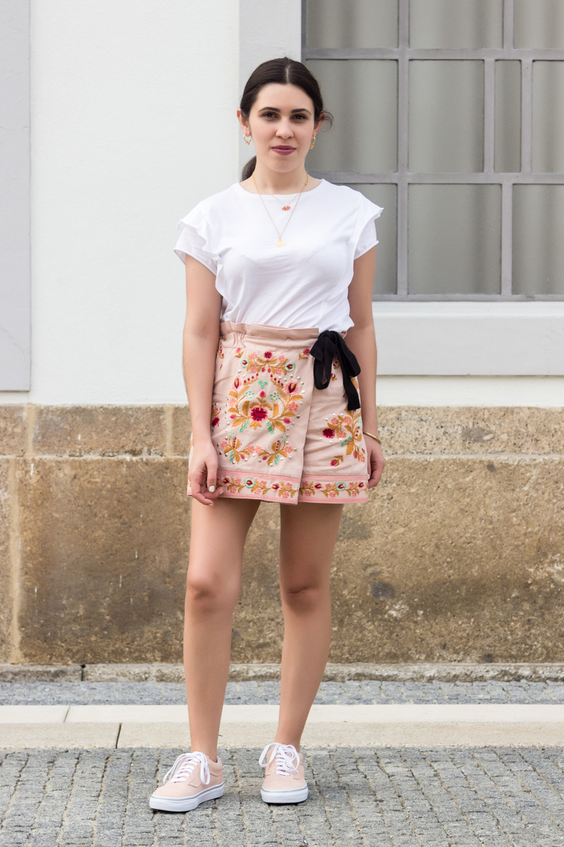 Le Fashionaire What to buy on sales? zara pink embroidered flowers black bow shorts white tee ruffles zara vans pale pink gold dots suede sneakers semi precious stone hm necklace 3528 EN 805x1208