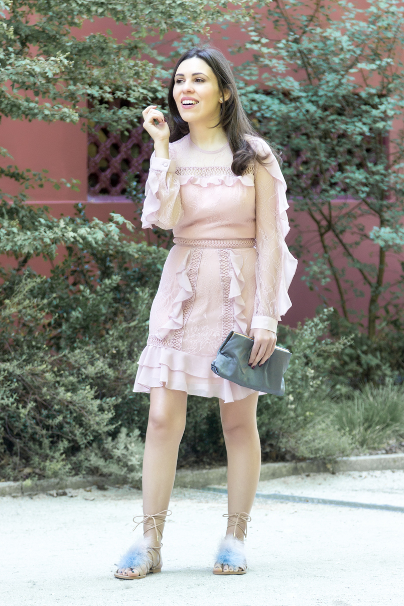 Le Fashionaire Going to a wedding wearing no heels: yay or nay? blogger catarine martins old pink ruffles lace asos dress pale.blue pink feathers nude leather zara flats sandals grey clutch satin parfois 4036 EN 805x1208