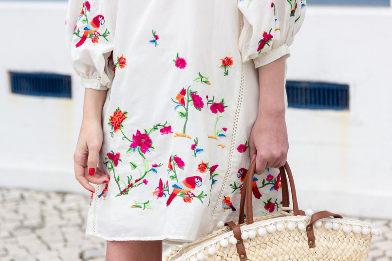Le Fashionaire Why do we shop at Zara so much? blogger catarine martins white silk embroidered tropical birds pink zara dress blooms straw nude brown fake leather primark 4408 EN 805x537