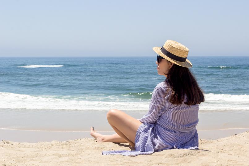 Le Fashionaire As pessoas felizes também ficam tristes blogueira catarine martins chapeu palha fita preta stradivarius camiseiro comprido riscas azul branco oysho praia mar sol verao 5385 PT 805x537