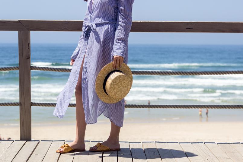 Le Fashionaire As pessoas felizes também ficam tristes blogueira catarine martins chapeu palha fita preta stradivarius camiseiro comprido riscas azul branco oysho praia mar sol verao 5441 PT 805x537