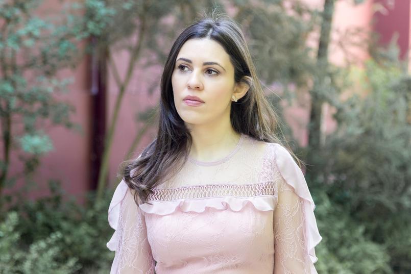 Le Fashionaire Ir a um casamento sem usar saltos: sim ou não? blogueira catarine martins vestido rosa velho rendas folhos asos brincos quartzo hm branco 4059 PT 805x537