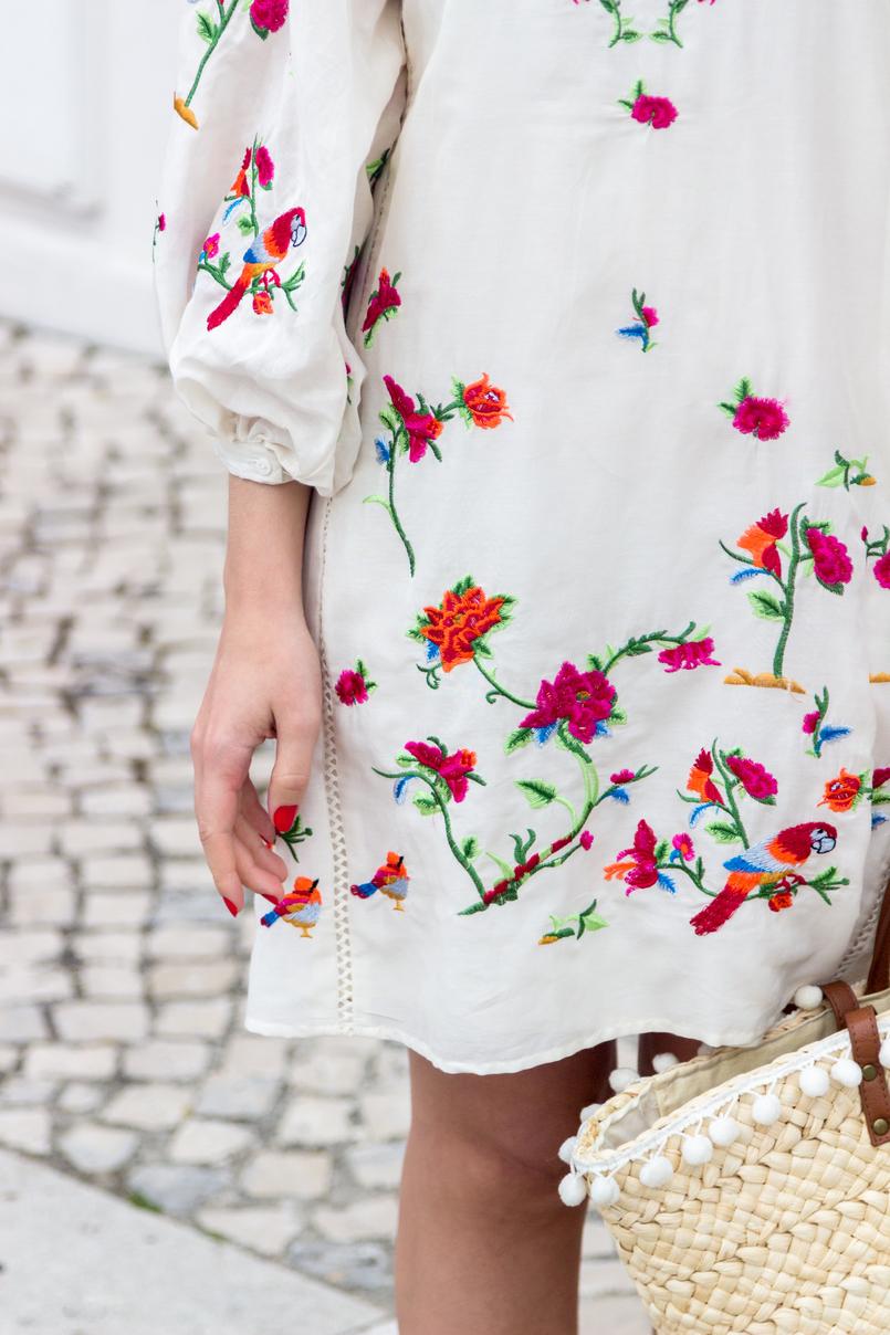 Le Fashionaire Por que é que gostamos tanto da Zara? blogueira catarine martins vestido seda branco zasra bordado passaros rosa tropical flores cesta verga palha primark alcas castanhas 4382 PT 805x1208